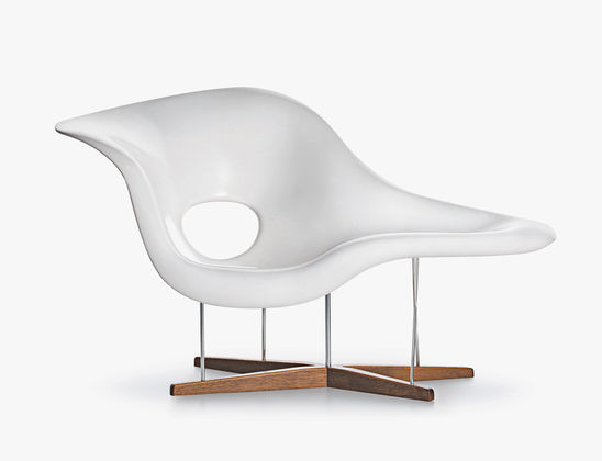 La chaise designer lounge chairs available from vitra for Chaise design vitra
