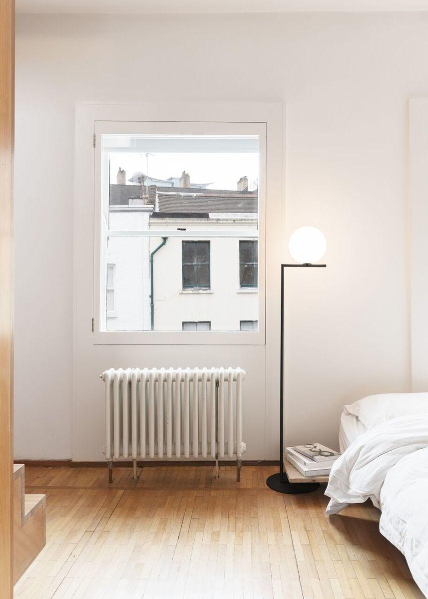 IC FLoor Lamp Black in bedroom